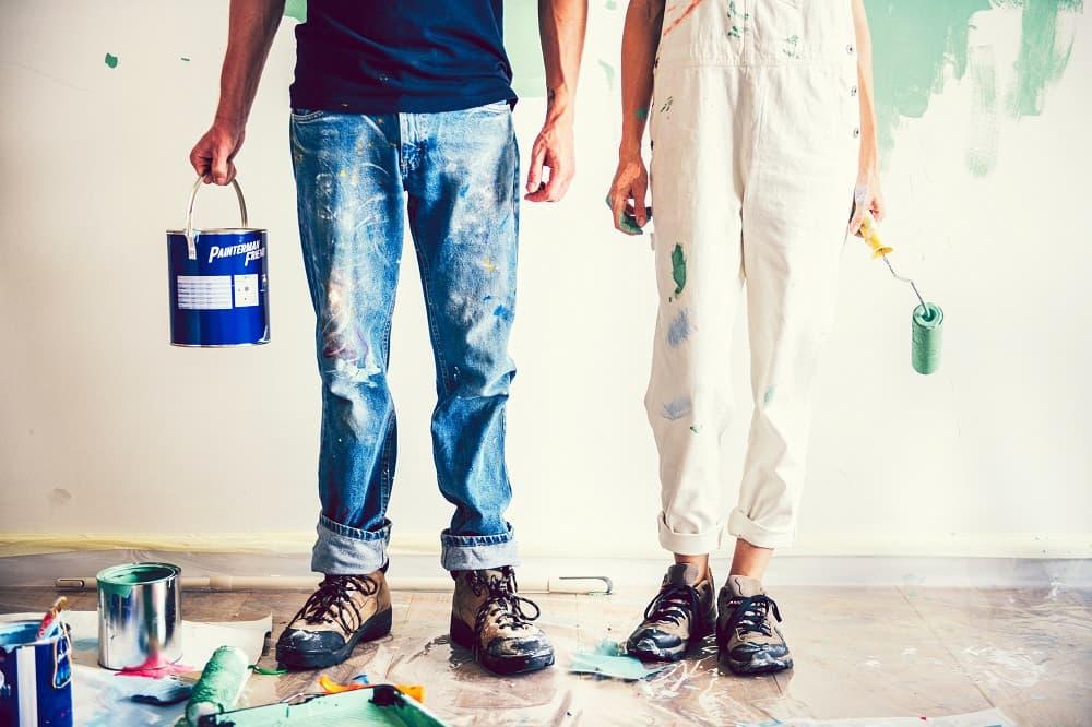 Man och kvinna är redo att börja måla om hemma.