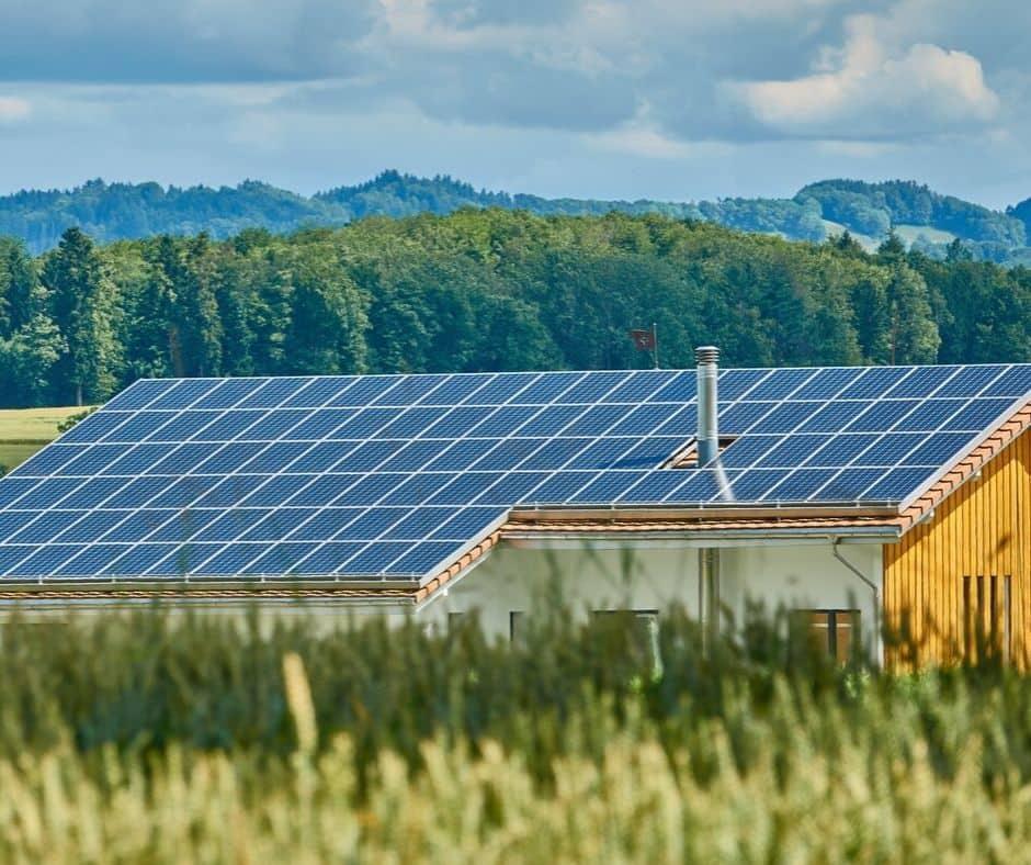 Ett tak med solceller.