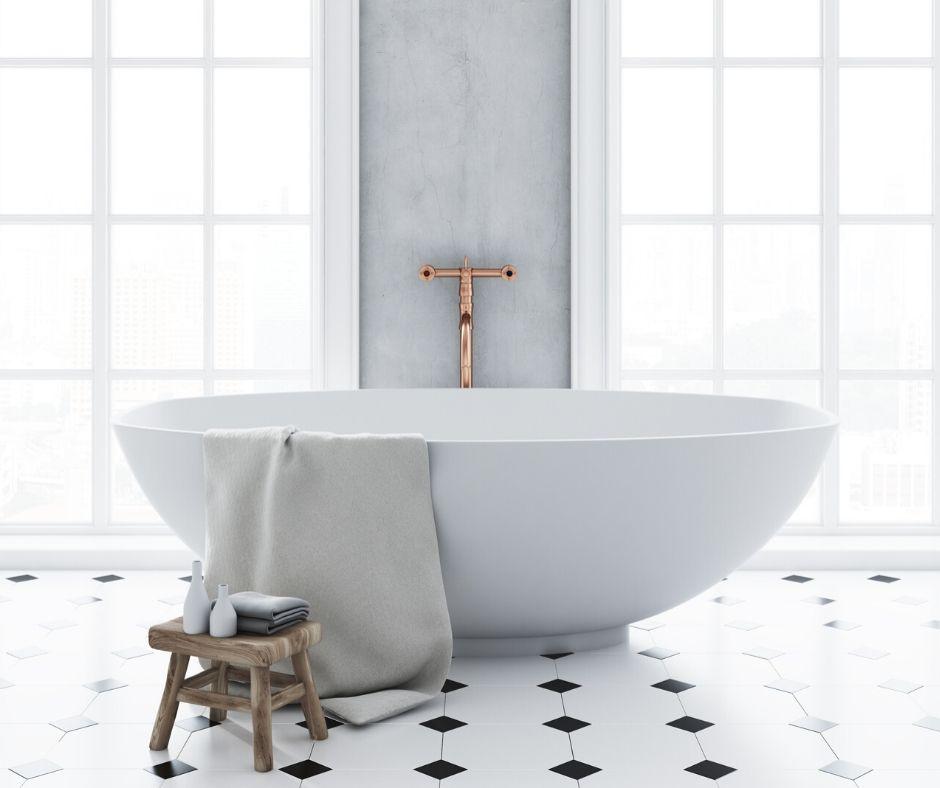 Ett badrum med badkar och marmor.