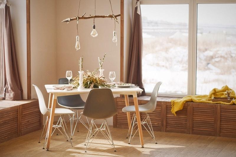 Ett hem som har stylats i skandinavisk stil.