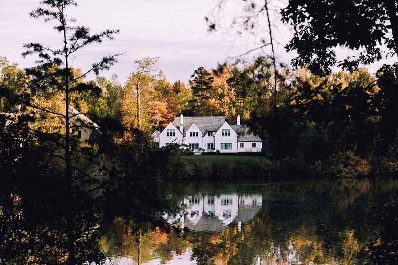 En stor vit villa.
