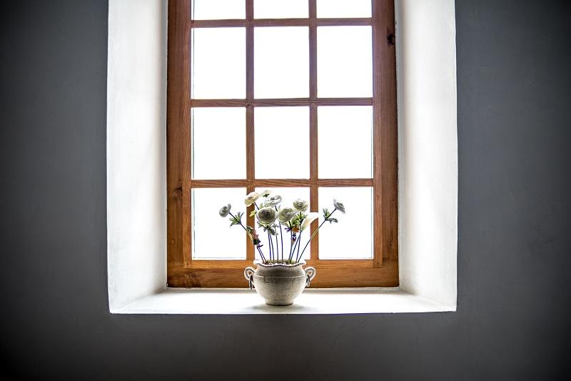 Ett stort fönster med spröjs.