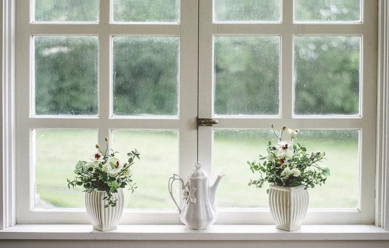 Vitmålade fönster med spröjs.