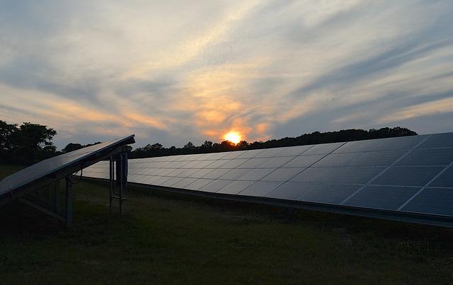 solcellespanel med solnedgång i bakgrunden