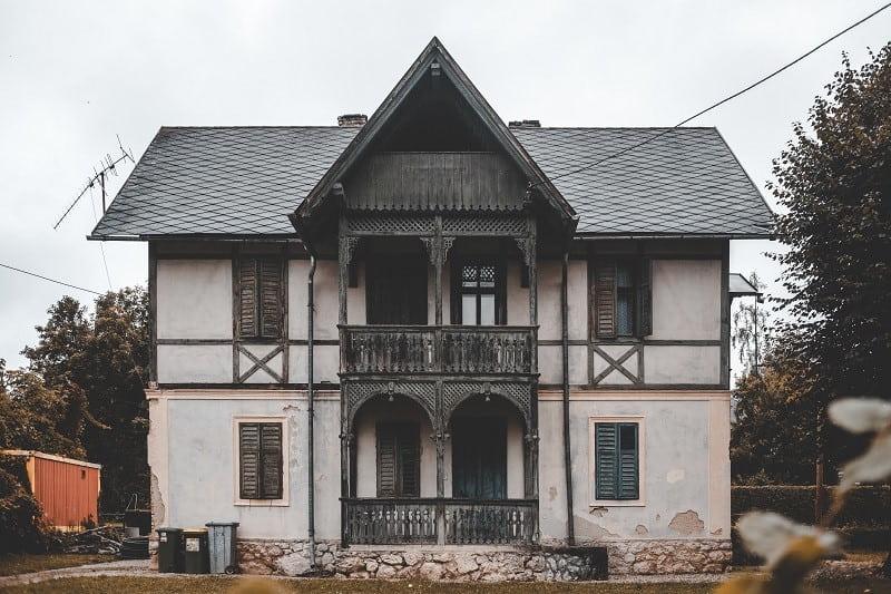 En äldre villa i stort renoveringsbehov.