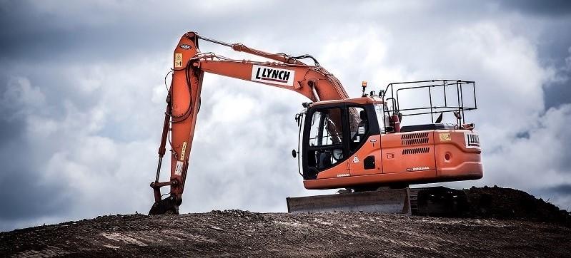 En grävmaskin underlättar arbetet med att schakta jord.