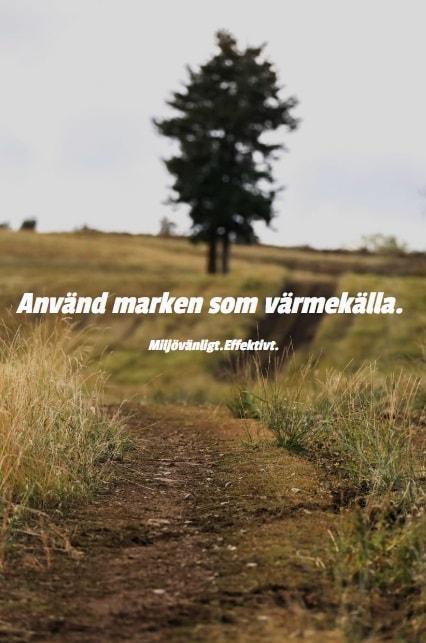En stig som går över ett fält bort mot ett träd. Text på bilden: Använd marken som värmekälla. Miljövänligt. Effektivt.