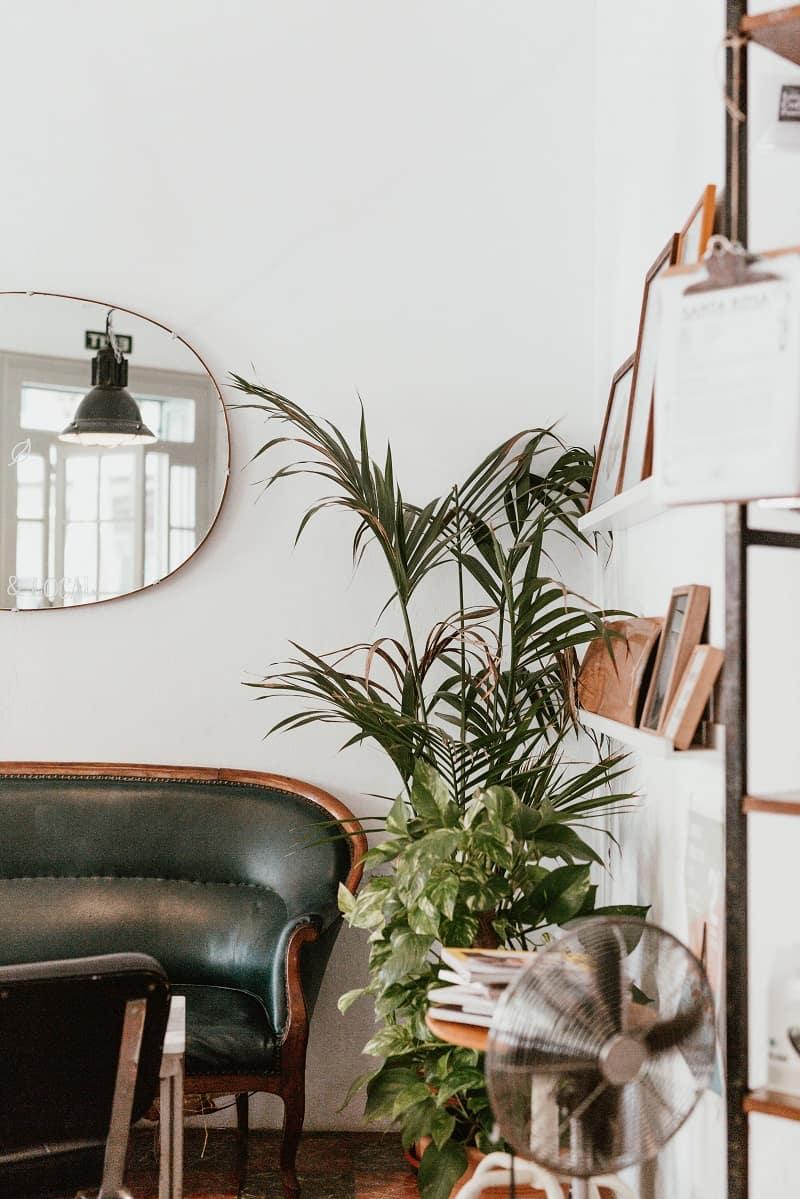 Rum som är inrett med secondhand möbler. Ett miljövänligt alternativ.
