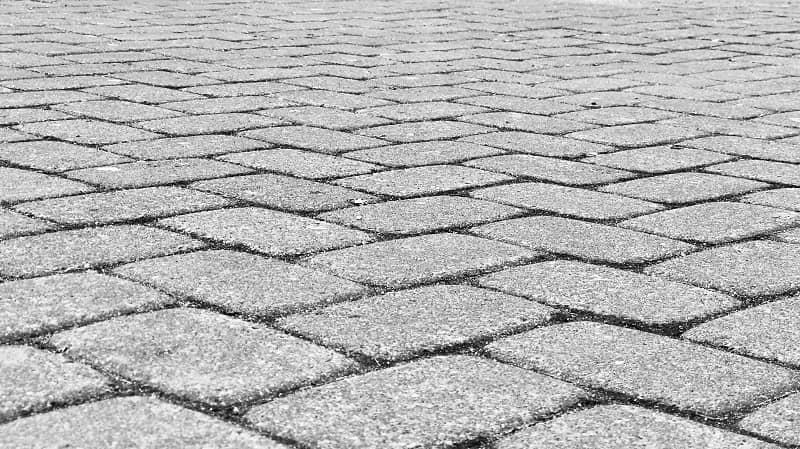 En närbild på grå marksten som är lagd tätt.