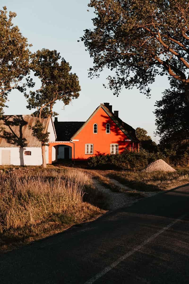 Hus på landet som har ett enskilt avlopp.