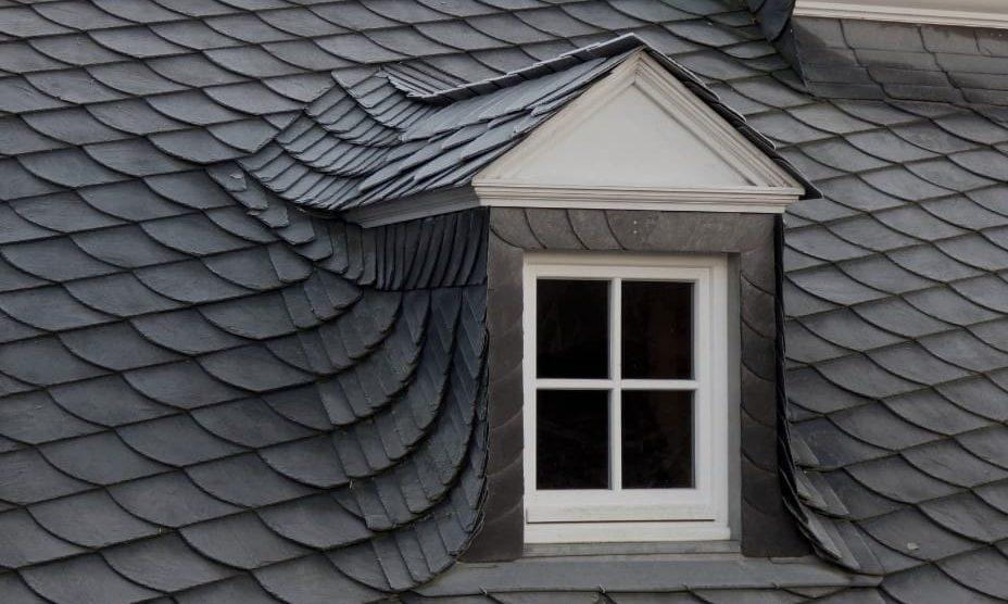 Ett takfönster som är byggd som en takkupa.
