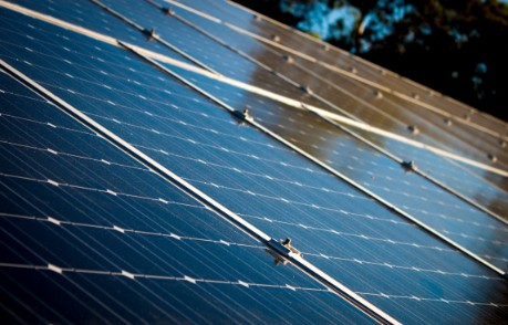 solceller som reflekterar svagt solljus från en solnedgång