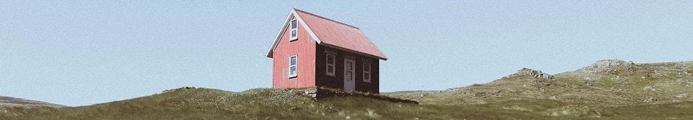 En rödmålad stuga som är i behov av att målas om.