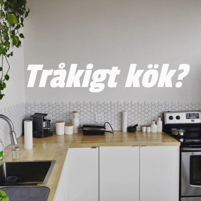 Ett vitt ganska trist kök utan detaljer. Text på bilden: Tråkigt kök?