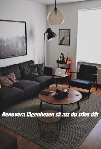 En nyrenoverad lägenhet som är inredd med en blå soffa och mörka träslag.