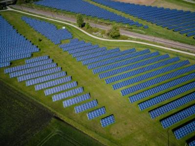 solceller placerade över ett större fält sett uppifrån