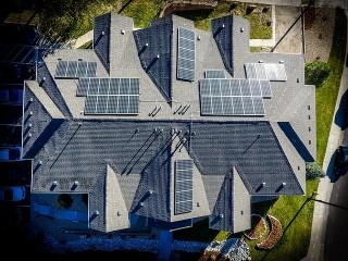 flera solceller på ett villatak sett ovanifrån