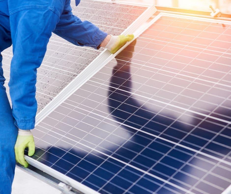 Solpaneler monteras på tak.
