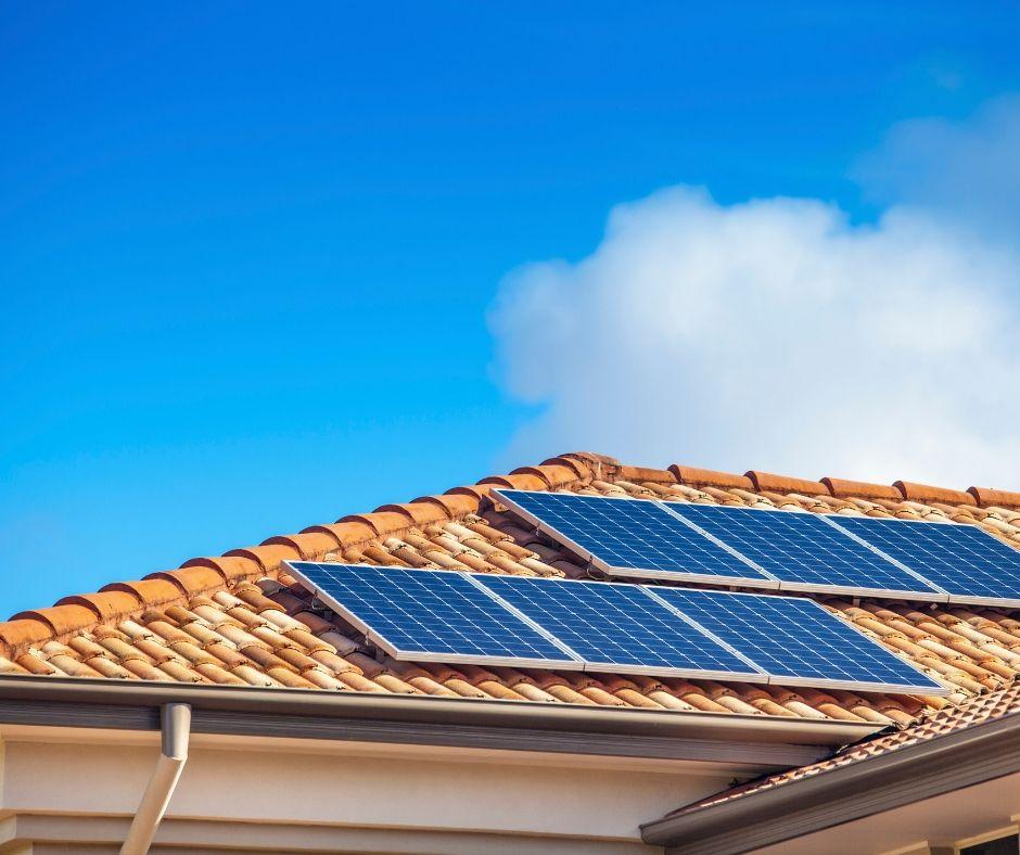 Solcellspaneler som är installerade på ett hustak.