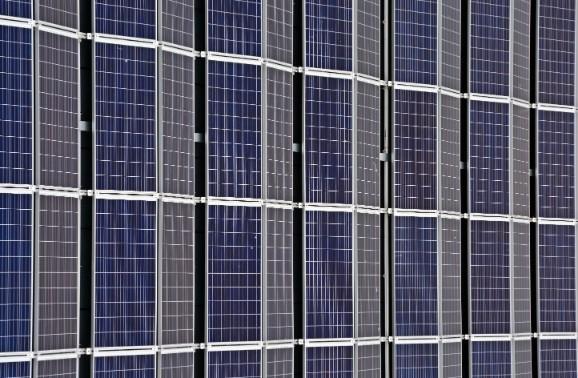 flera solcellspaneler ihopkopplade bredvid varandra