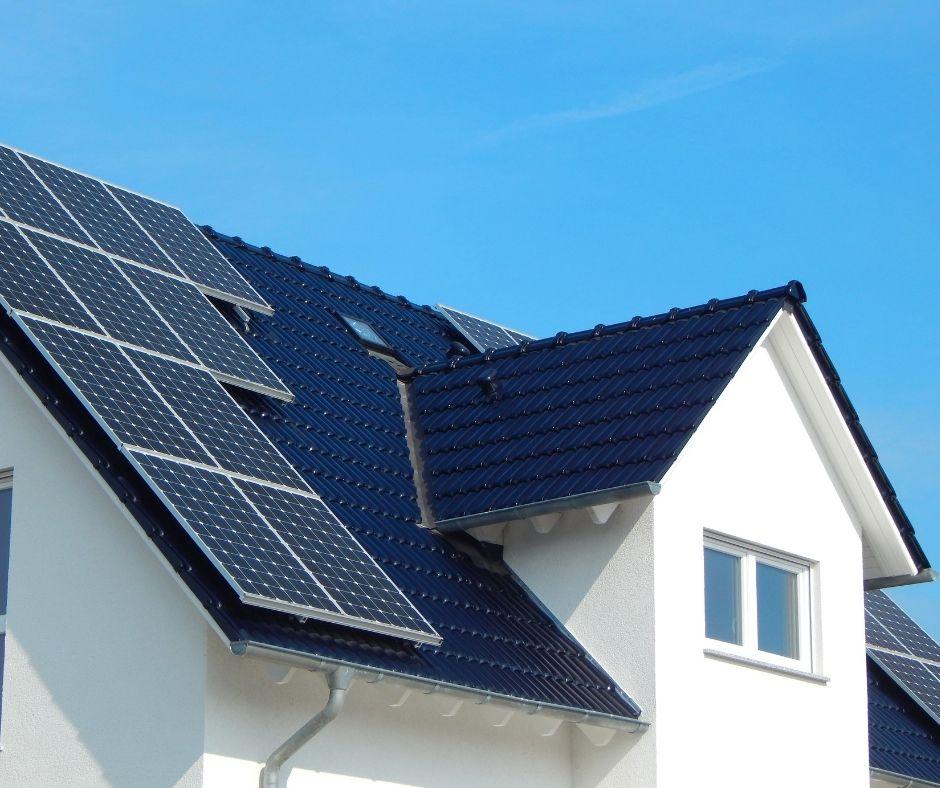 Hus med solceller på taket.