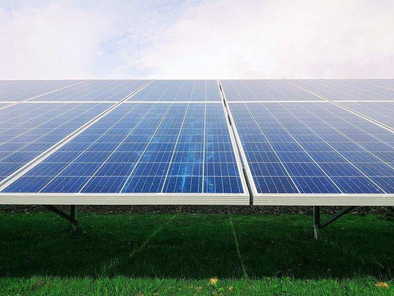Solceller som är hopsatta i en större solpanel.