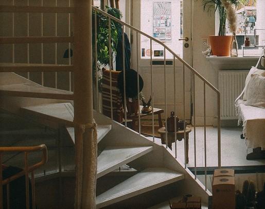 en stökig hall med lådor och kläder slängda på golvet