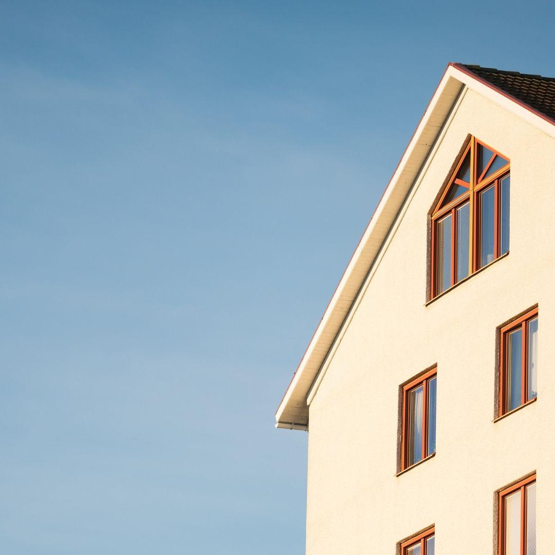 Ett hus med svarta takpannor.