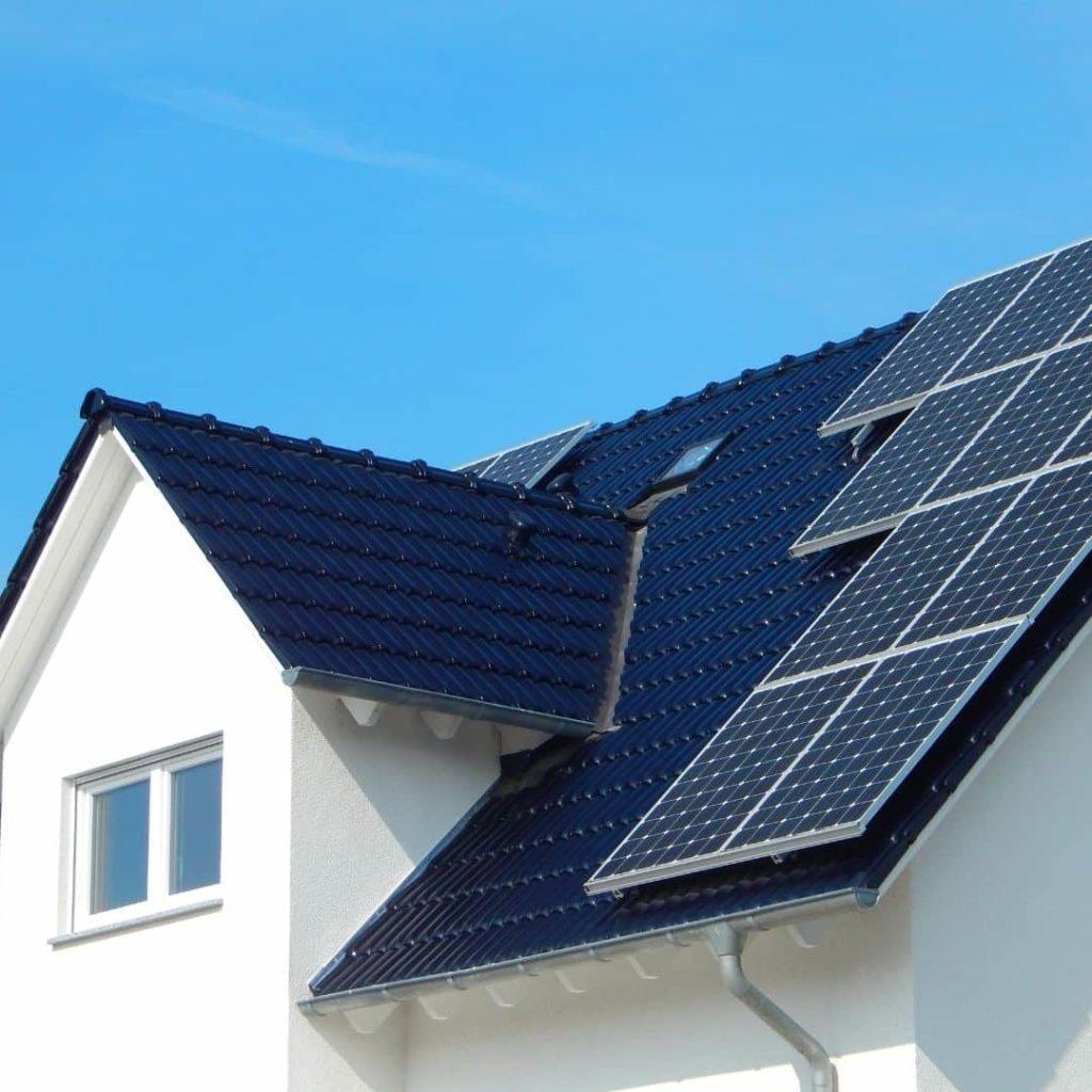 ett svart tak med solceller