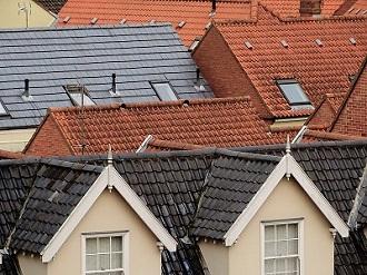 Ett kvarter där husen har olika takmaterial.