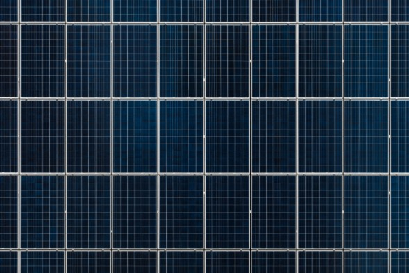 En bild på fler än 20 solpaneler som är ihopkopplade sett ovanifrån